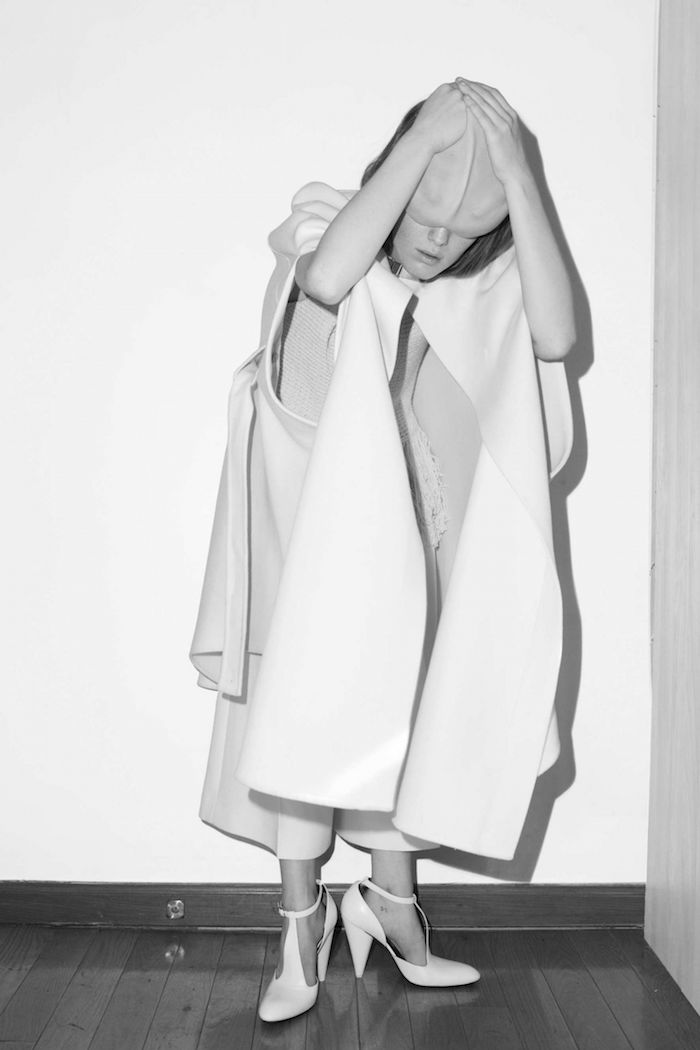 Viajamos al mundo surrealista de Asger Carles con The Cut | itfashion.com