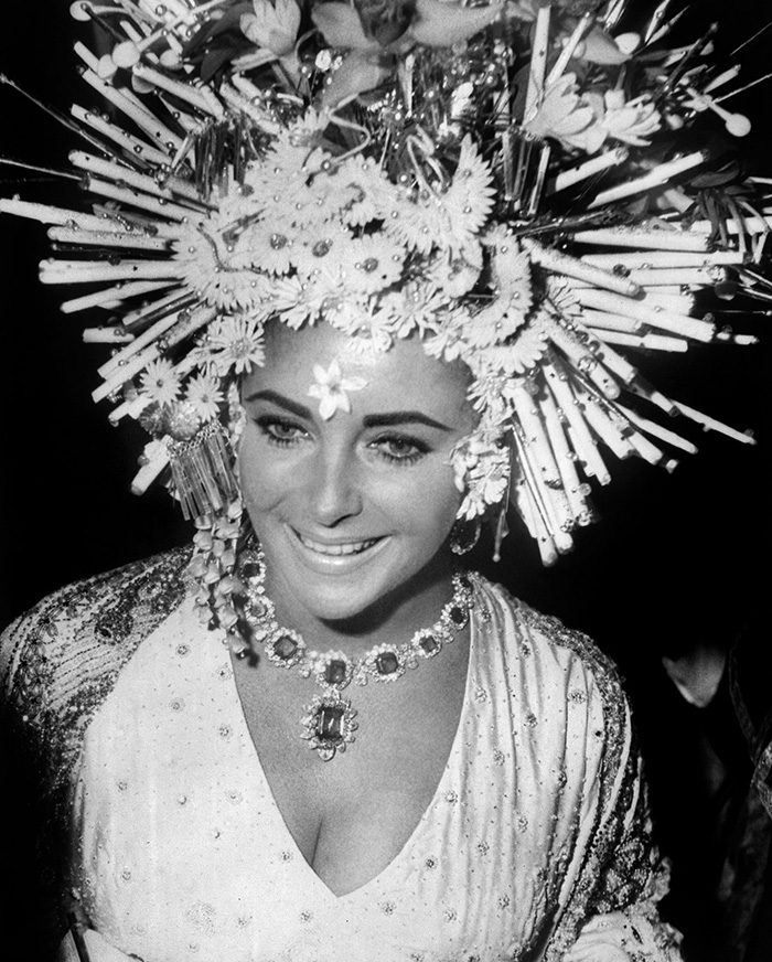 Elizabeth-Taylor-wears-Bulgari-jewellery-at-the-masked-ball,-Hotel-Ca'Rezzonico,-Venice,-1967