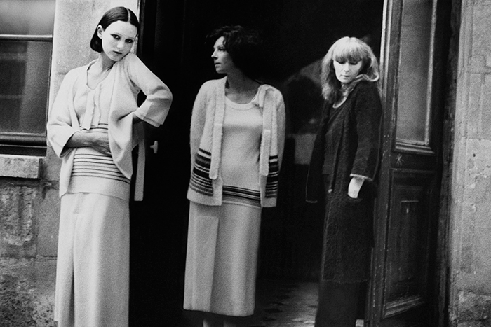 00-holding-sonia-rykiel-in-vogue